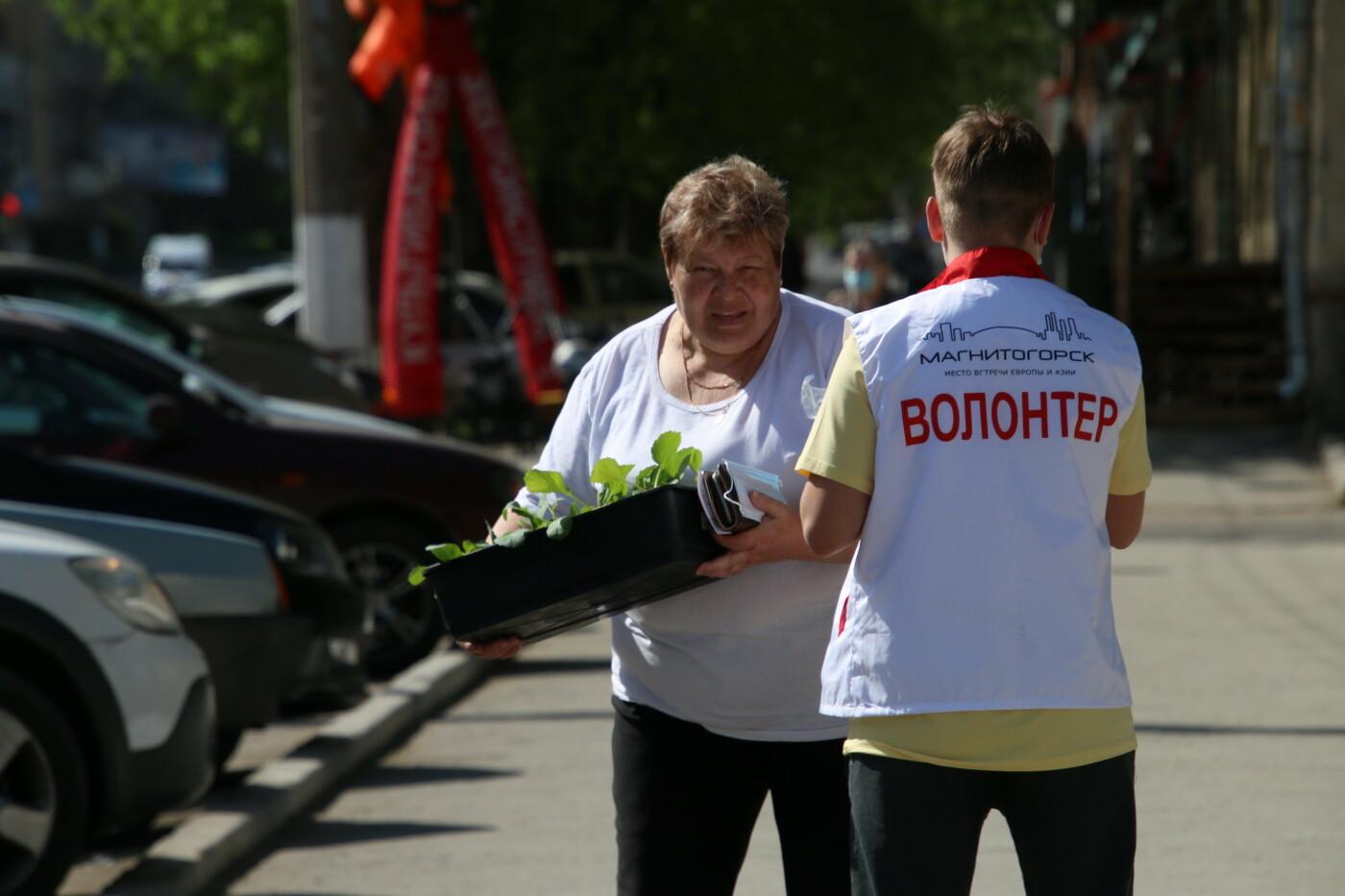 Волонтеры в Магнитогорске раздавали медицинские маски, фото-2