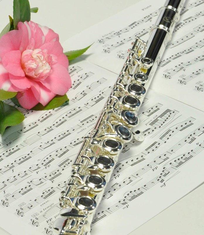 Флейта и цветок картинка