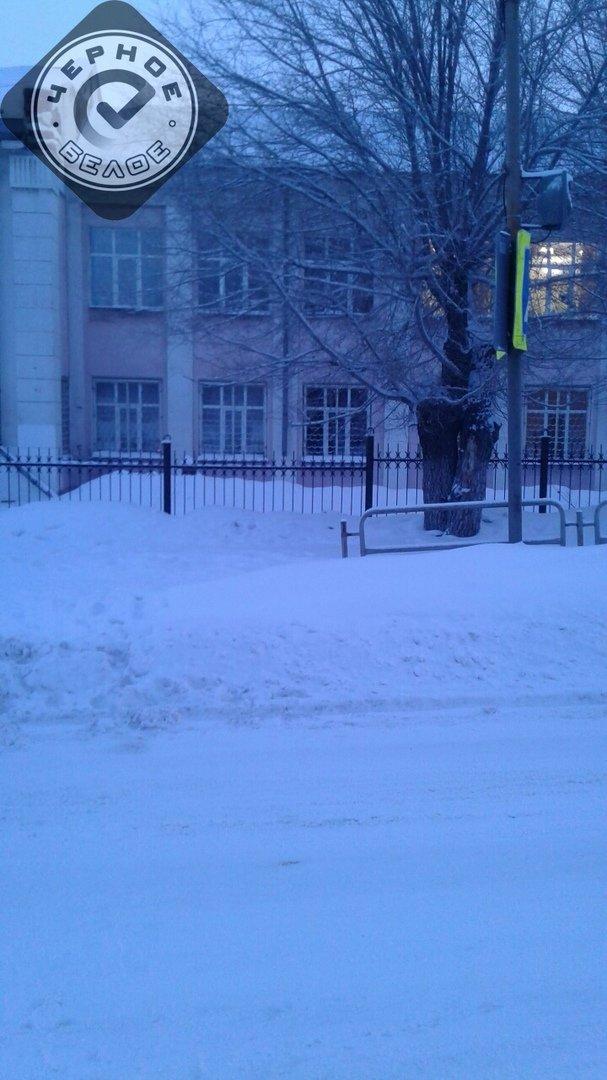 Дети перебираются через сугробы на переходе к школе в Магнитогорске, фото-1