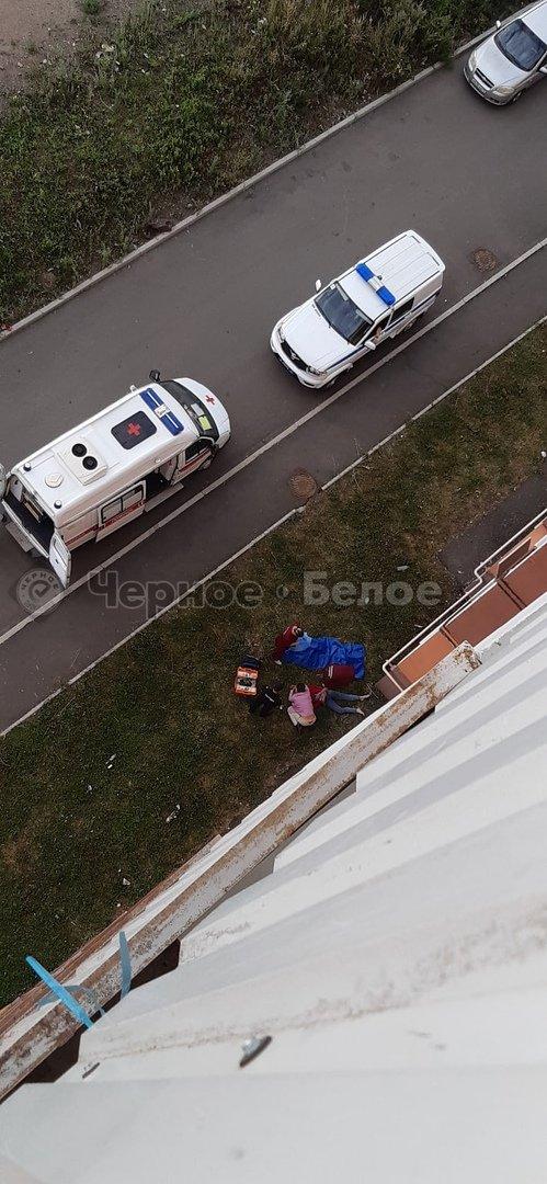 Женщина выпала из окна высотного дома в Магнитогорске, фото-1