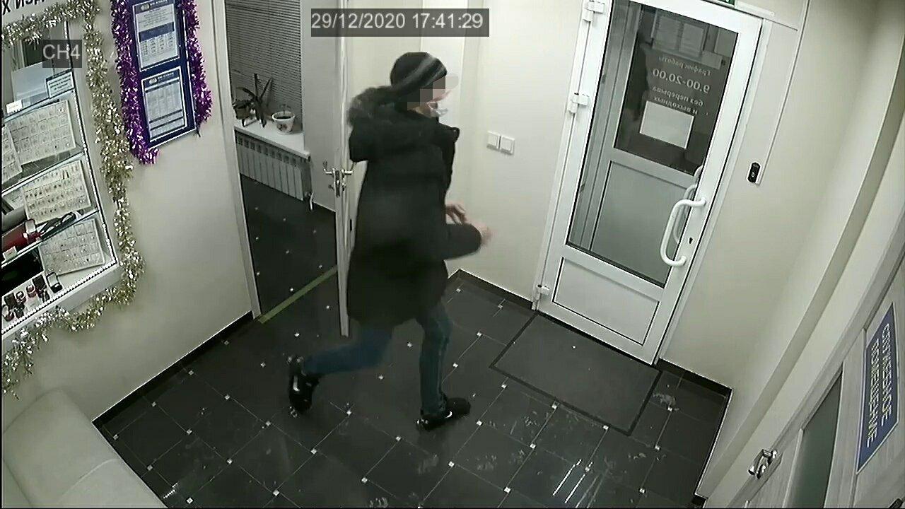 Амурчанин украл дорогую цепь в магнитогорском ломбарде на глазах сотрудника, фото-1